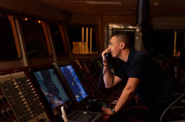 navigator / pilot auf der brücke des schiffes - steuerungstechnik stock-fotos und bilder