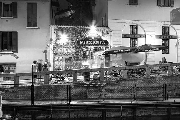 navigli, milan city, sommer bei nacht. schwarze und weiße foto - hotel mailand stock-fotos und bilder