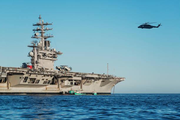 us marine flugzeugträger - flugzeugträger stock-fotos und bilder
