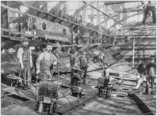 navy und army antike historische fotografien: bau eines kreuzers in der naval construction und rüstung, barrow - historisch stock-fotos und bilder