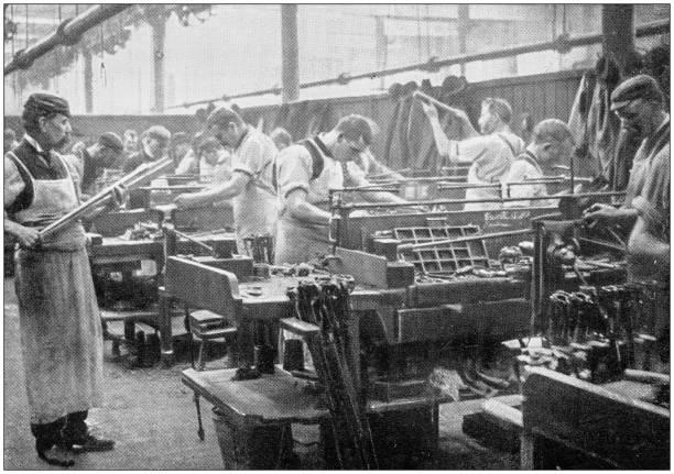 fotografie storiche antiche della marina e dell'esercito: costruzione industriale di fucili - antico vecchio stile foto e immagini stock