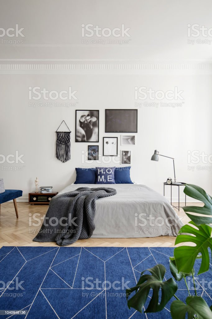 Dunkelblauen Teppich Vor Bett Innen Weisse Schlafzimmer Mit Galerie Von Plakaten Und Pflanze Echtes Foto Stockfoto Und Mehr Bilder Von Bett Istock