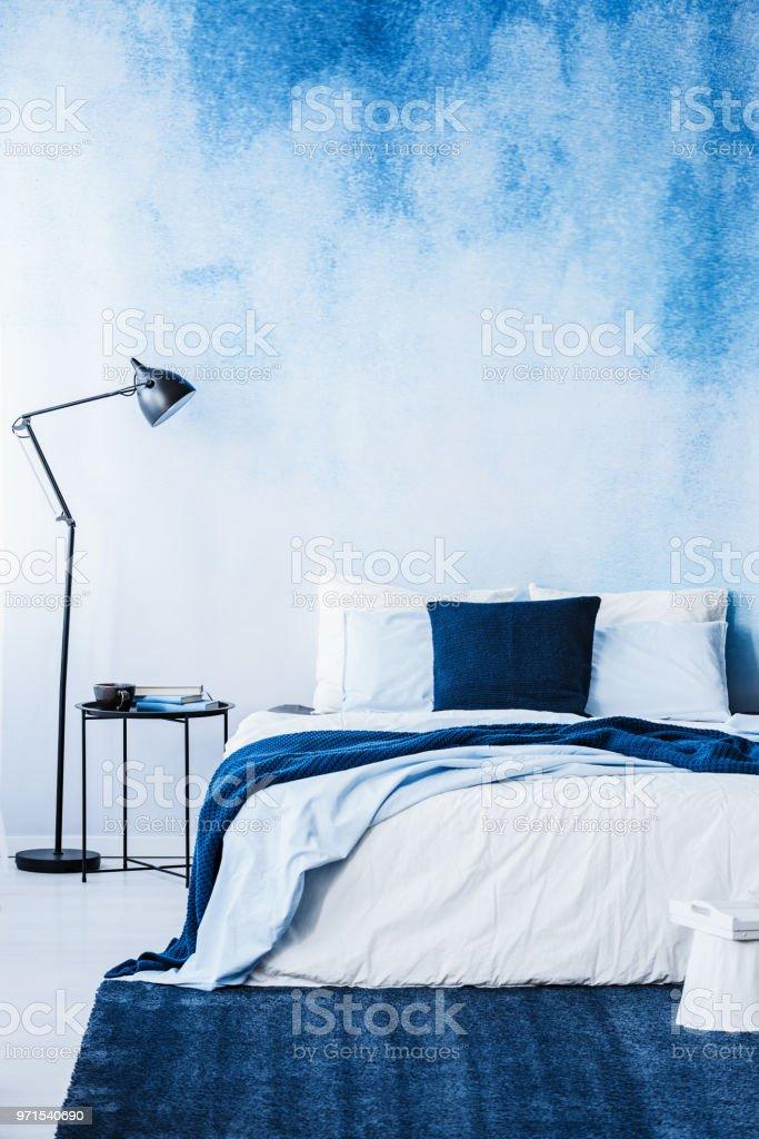 Dunkelblauen Teppich Vor Bett Neben Lampe Im Schlafzimmer Innenraum Mit Tapete Stockfoto Und Mehr Bilder Von Aquarell Istock