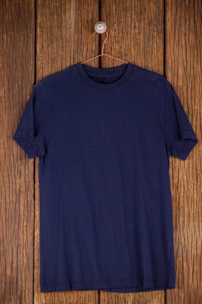 Navy blue t-shirt on hanger - foto stock