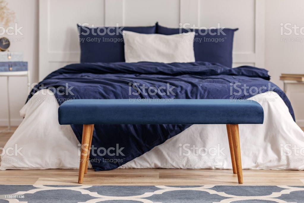 Marineblau Samt Bank In Den Fuss Des Kingsizebett In Chic Schlafzimmer Interieur Stockfoto Und Mehr Bilder Von Behaglich Istock