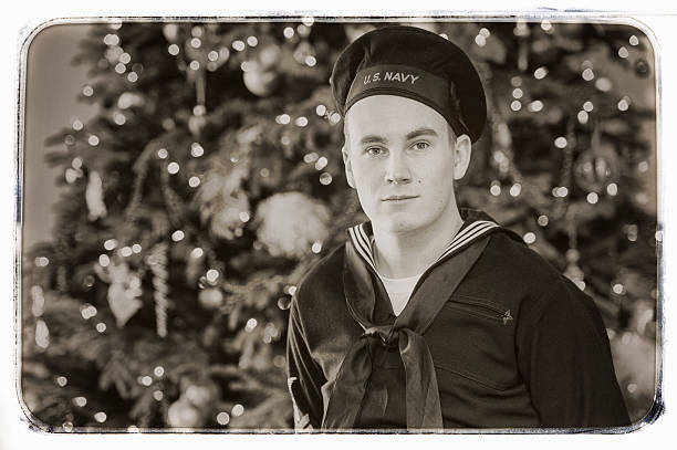 wwii us navy sailor home for the holidays - lustige weihnachtsgeschichte stock-fotos und bilder