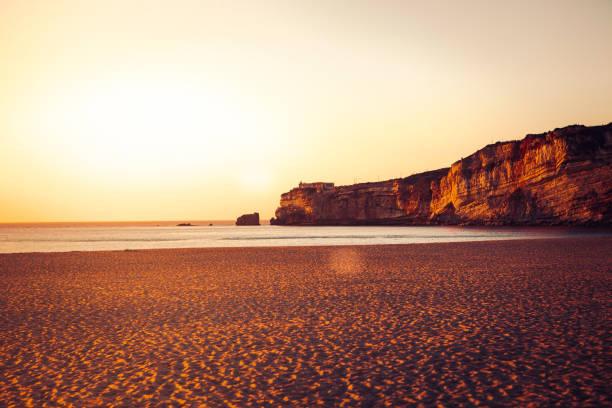 Nazaré Klippe und Strand bei Sonnenuntergang, portugal – Foto