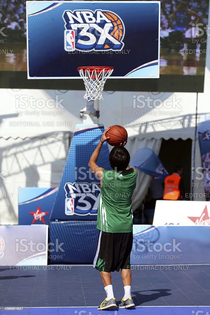 nba 3 x recorrido, jugador de baloncesto en el campo de tiro - foto de stock