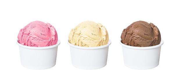 那不勒斯霜淇淋勺巧克力草莓和香草味道孤立在白色背景上的白色杯子裡的 照片檔及更多 人造物件 照片