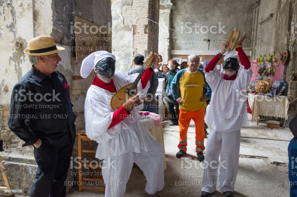 Neapolitan Mask of Pulcinella Playing and Singing in the Street - foto stock