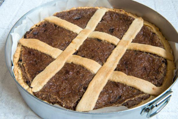 neapolitanische wheatberry und ricotta osterkuchen in italien - crostata stock-fotos und bilder