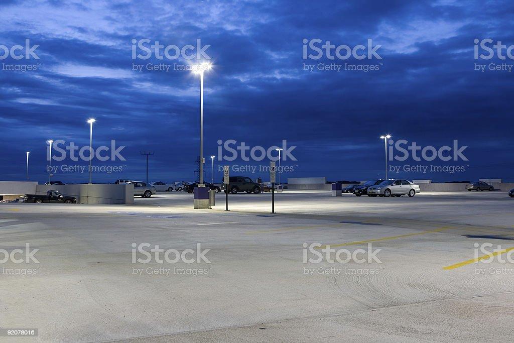 Fast leer konkrete Parkplatz in der Dämmerung – Foto
