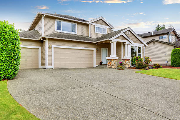 Neat beige home with two garage spaces. – Foto