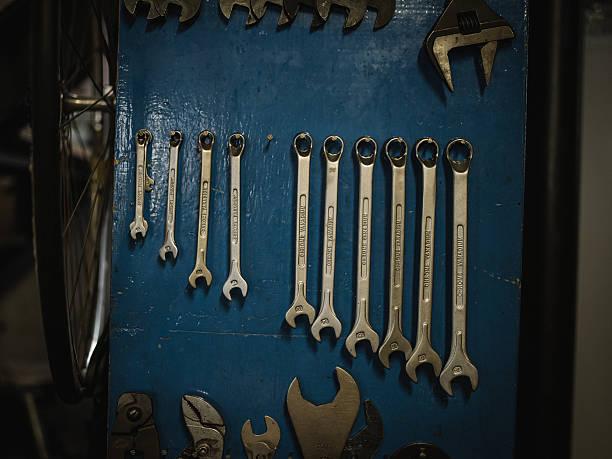 neat rangée de clés sur un conseil d'administration, par défaut - rame pièce détachée photos et images de collection