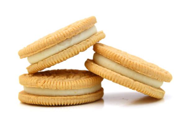 einen ordentlichen stapel von vanille sandwich cookies - vanille waffeln stock-fotos und bilder