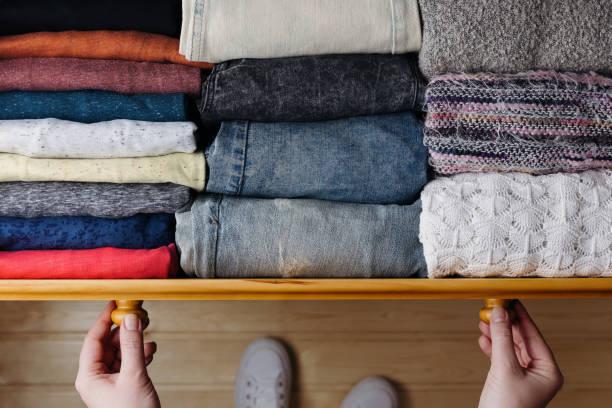 starannie zamówione ubrania w szufladzie - odzież zdjęcia i obrazy z banku zdjęć