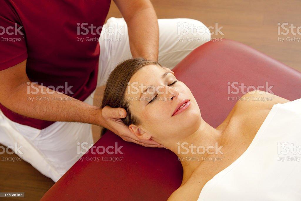 Neck- und Kopfmassage einer schönen jungen Frau – Foto