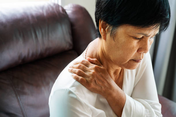 neck and shoulder pain, old woman suffering from neck and shoulder injury, health problem concept - spalla giuntura foto e immagini stock