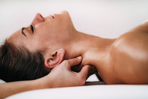 neck sports massage therapy - medicina sportiva foto e immagini stock