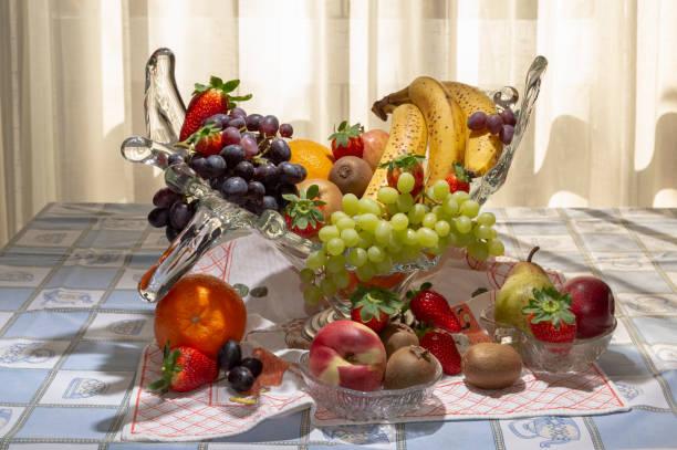nektarine, kiwi, erdbeere, steinbirne, traube, banane, orange, apfel. abwechslungsreiche früchte, die für eine gesunde und ausgewogene ernährung unerlässlich sind. - immunsystem stärken stock-fotos und bilder