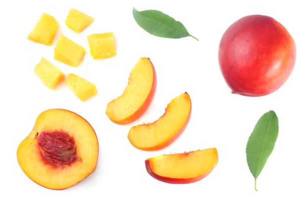 nektarine mit grünen blatt und scheiben isoliert auf weißem hintergrund. ansicht von oben - peach stock-fotos und bilder