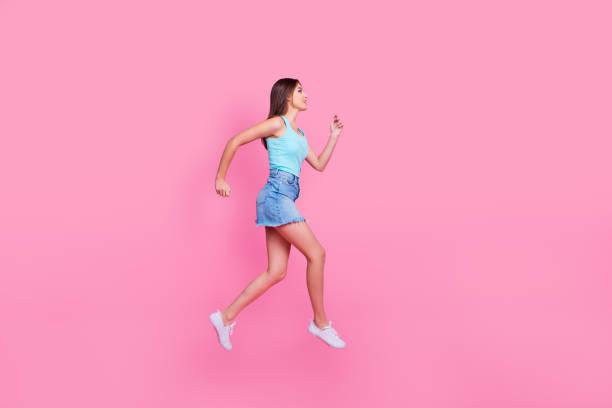 ich muss etwas kaufen! full-length vollbildansicht seite profilfoto von attraktiven aufgeregt niedlich schöne charmante frau eilig auf rosa hintergrund isoliert - damen jeans sale stock-fotos und bilder