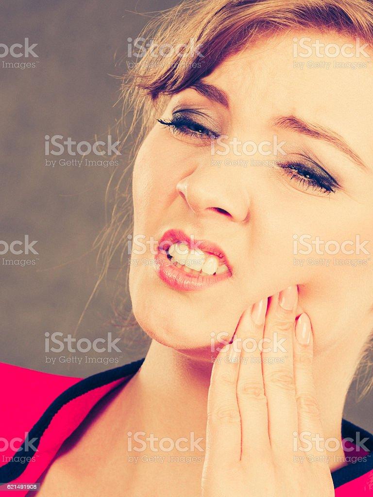 Expression négative. Femme avoir de dent. photo libre de droits
