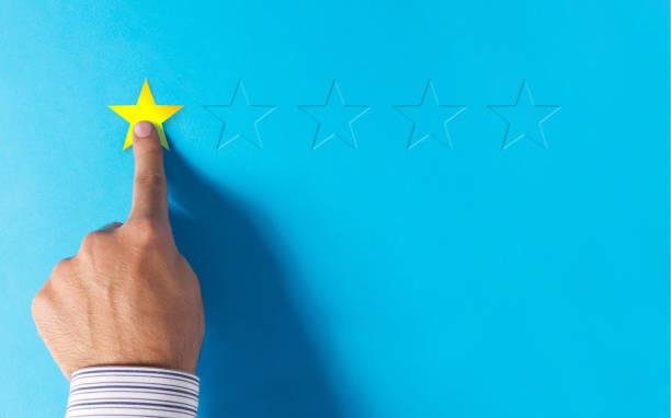 negatieve feedback - hand kiezen 1 sterren - negatieve emotie stockfoto's en -beelden