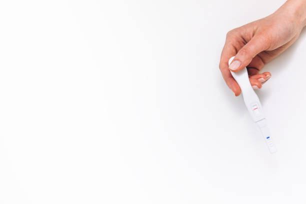 Negativen Schwangerschaftstest in weiblicher Hand, flach zu legen – Foto