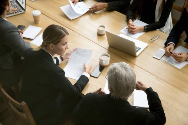 Concepto de las negociaciones, diversos empresarios discutir detalles del acuerdo en reunión del grupo - foto de stock