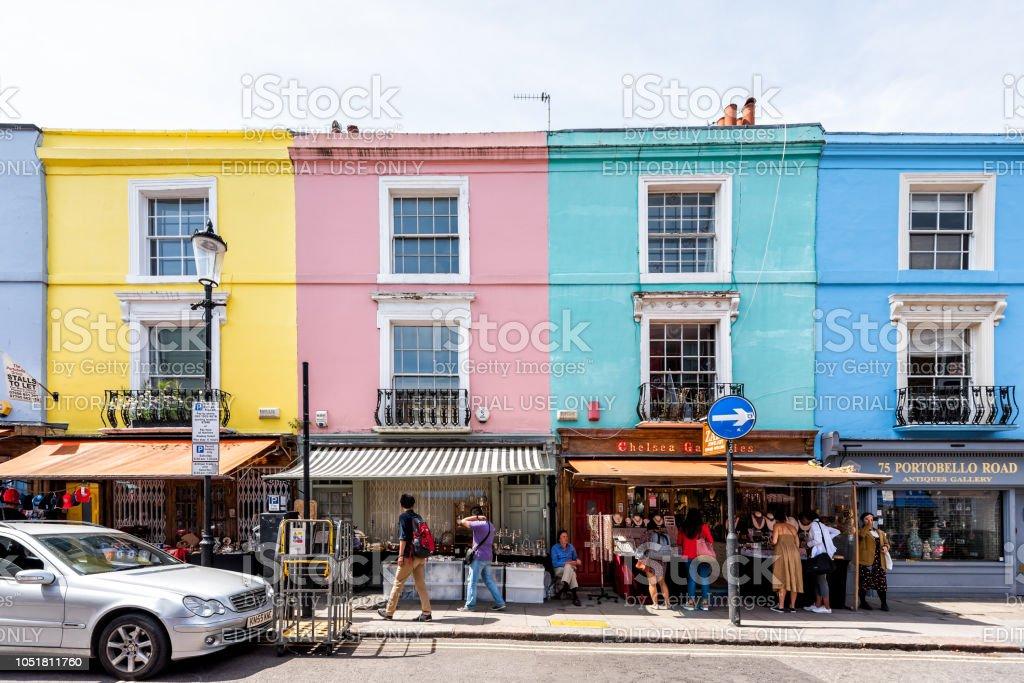 Bairro bairro de Notting Hill, fachada de arquitetura Apartamentos rua, colorido estilo famoso multicoloridos, estrada, as pessoas às compras no centro icônico, Portobello - foto de acervo