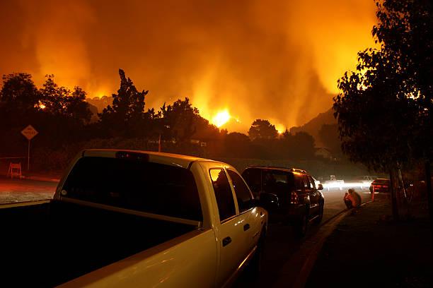 neighborhood on fire at night - bosbrand stockfoto's en -beelden