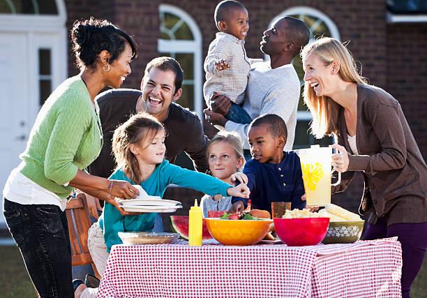 nachbarn ein picknick - kindergrill stock-fotos und bilder