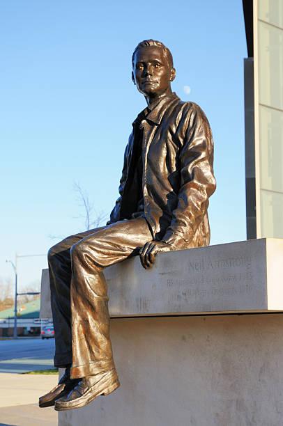 neil armstrong hall of engineering gebäude und statue der purdue university - purdue university stock-fotos und bilder