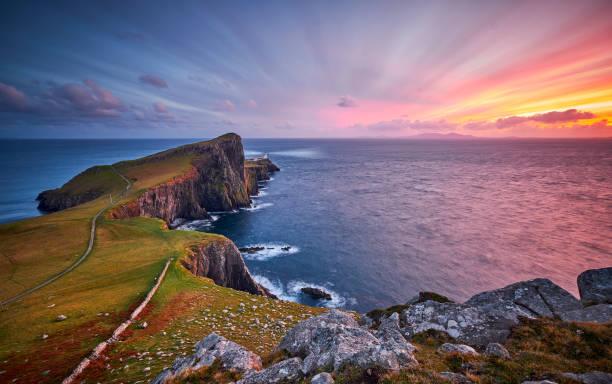 latarnia morska neist point, wyspa skye, szkocja, wielka brytania - klif zdjęcia i obrazy z banku zdjęć