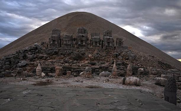 nemrud mountain - königin kopfteil stock-fotos und bilder