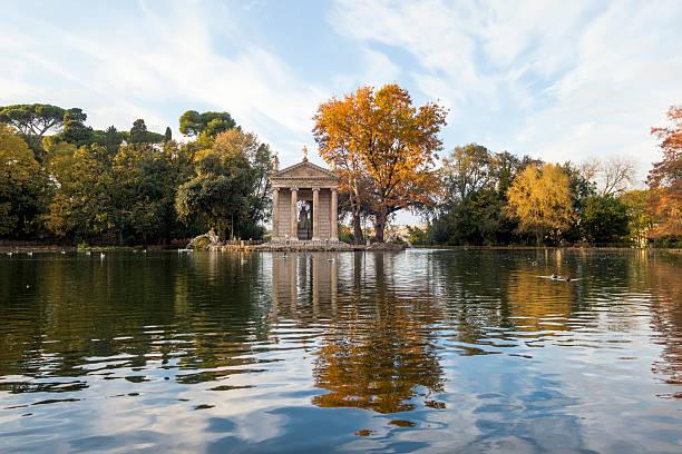 Neoklassizistische-Tempel und Teich in den Park der Villa Borghese in Rom – Foto