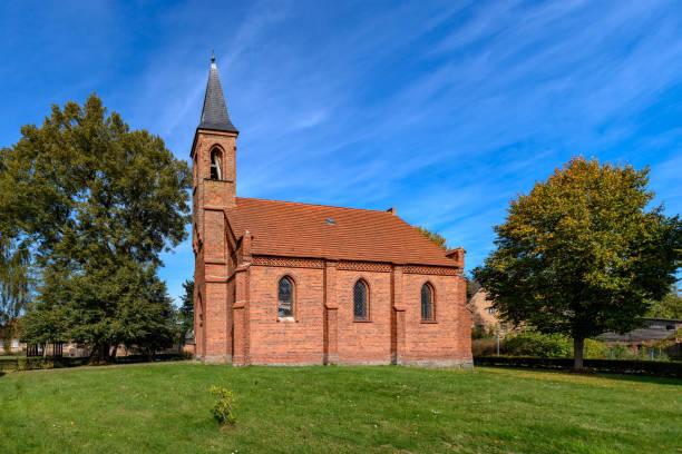 """neugotische dorfkirche in der stadt """"gross quassow"""" am nationalparkwanderweg mueritz - nationalpark müritz stock-fotos und bilder"""