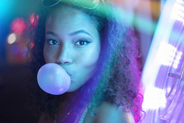 neon-mädchen - neon partylebensmittel stock-fotos und bilder