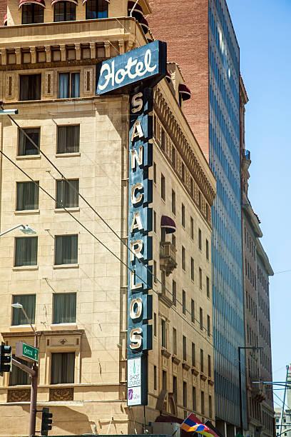 neon buchstaben an der fassade des san carlos hotel - mae west stock-fotos und bilder