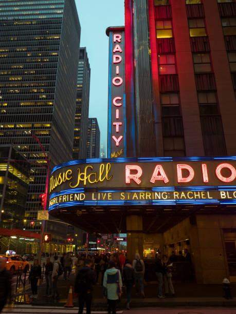 Neonlichter der Radio City Music Hall in Manhattan – Foto