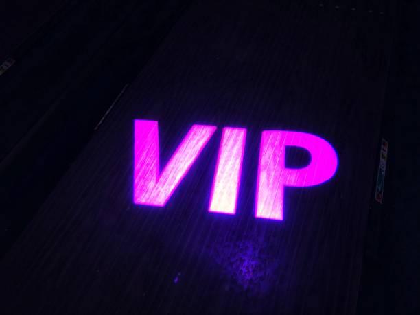 neon rosa vip-zeichen - kunst 1. klasse stock-fotos und bilder