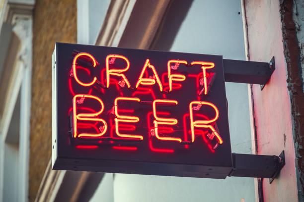 맥주에 대 한 네온 사인 - 맥주 공장 뉴스 사진 이미지