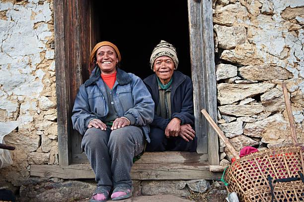 nepali paar vor ihrem haus - nepal tibet stock-fotos und bilder