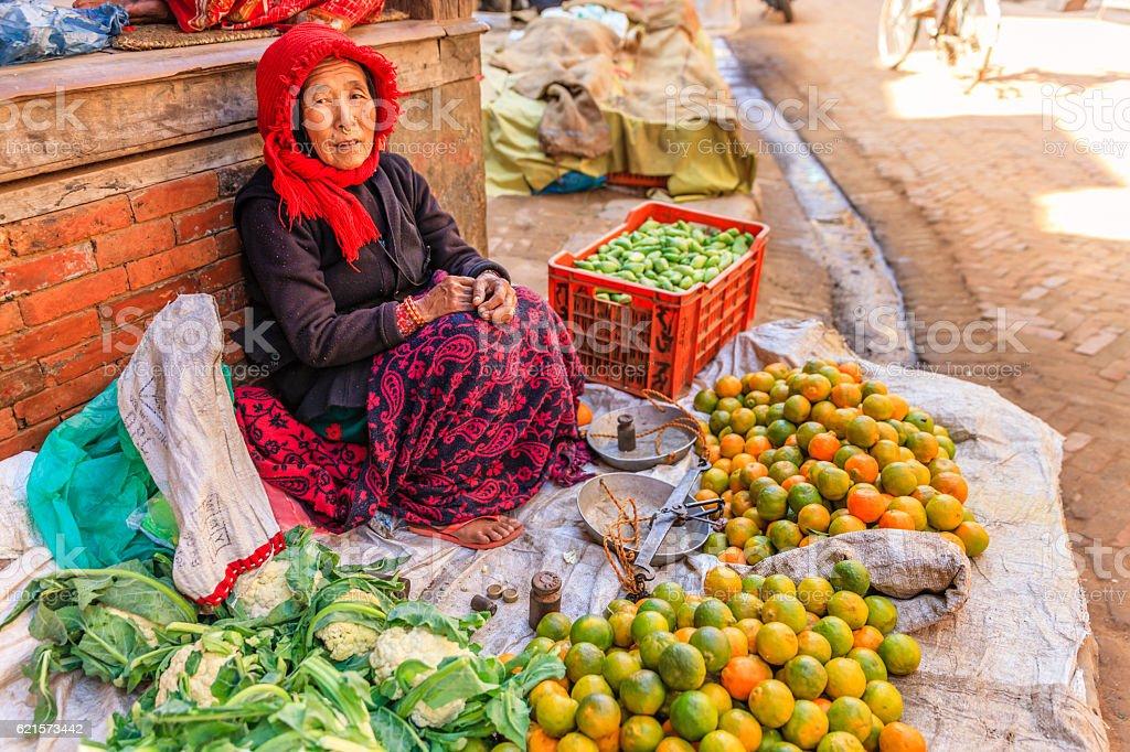 Le népalais street vendeur vente de légumes Bhaktapour, Népal photo libre de droits