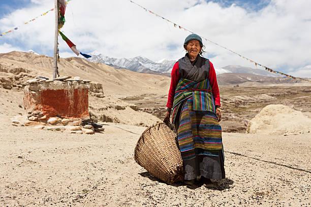 nepali frau tragen korb in mustang region, nepal  - nepal tibet stock-fotos und bilder