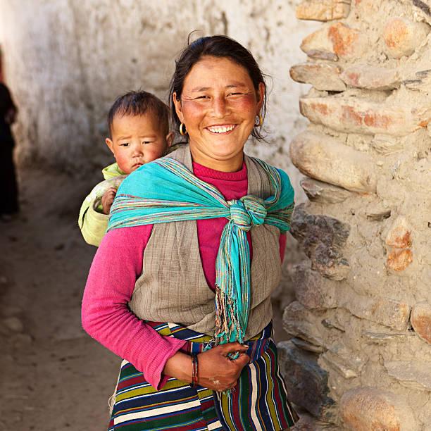 nepali frau tragen ihr baby - nepal tibet stock-fotos und bilder