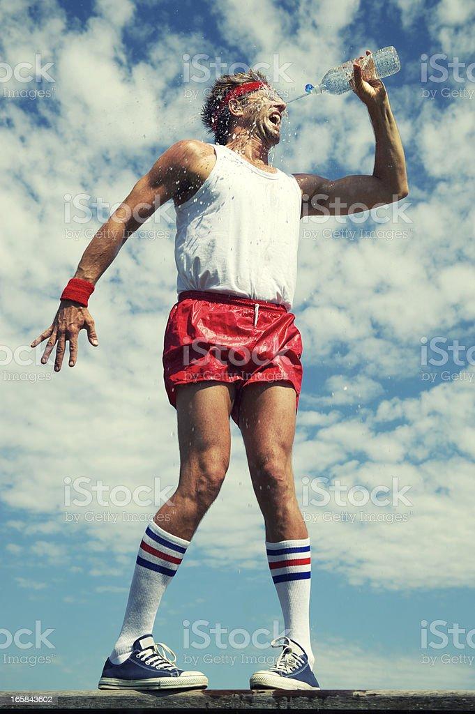 Grand dadais athlète des touches son visage avec de l'eau - Photo