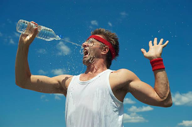 nerd athlete splashes his face with water - 口渴 個照片及圖片檔