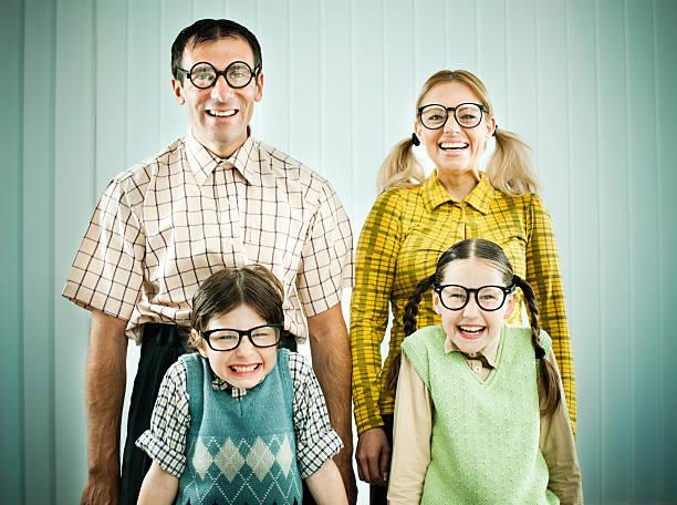 Uncool Familie stehende shyly und Blick in die Kamera. – Foto
